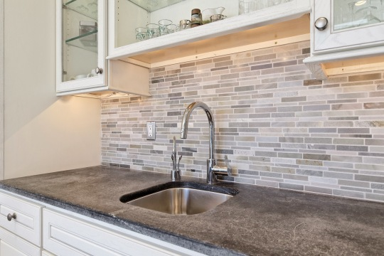 tumbled-stone-linear-strips-mosaic-backsplash